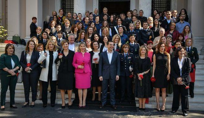 O Αλ. Τσίπρας υποδέχτηκε στο Μαξίμου όχι μόνο γυναίκες υπουργούς, αλλά και γυναίκες που υπηρετούν στα σώματα ασφαλείας και τις Ένοπλες Δυνάμεις