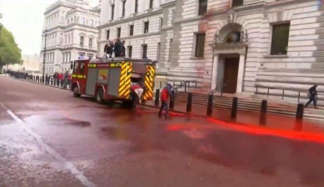 Ηνωμένο Βασίλειο: Ακτιβιστές πετάνε μπογιές στο υπουργείο, τα κάνουν μαντάρα