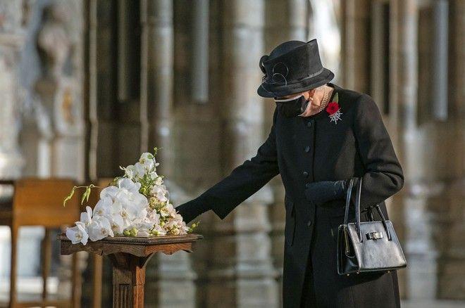 Η Βασίλισσα Ελισάβετ στον τάφο του Άγνωστου Πολεμιστή στο Αβαείο του Γουέστμινστερ