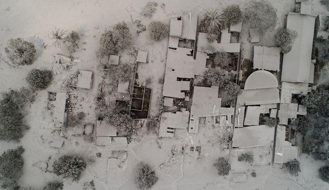 Εναέρια λήψη από την πόλη El Rodeo στη Γουατεμάλα που έχει καλυφθεί με τέφρα μετά την έκρηξη του ηφαιστείου Φουέγο