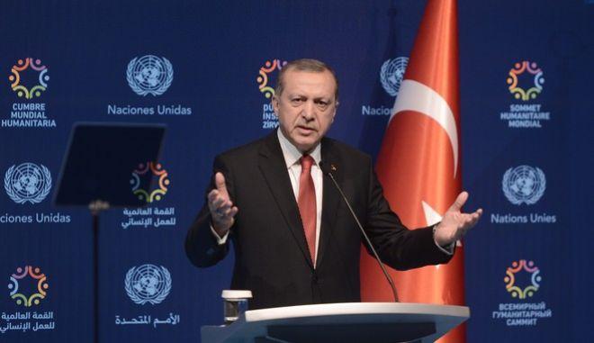 Ο Ερντογάν 'δίνει' τουρκική υπηκοότητα σε Σύρους και Ιρακινούς πρόσφυγες