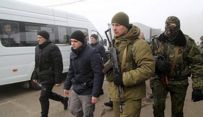 Ουκρανοί και φιλο-ρώσοι αυτονομιστές ξεκίνησαν την ανταλλαγή αιχμαλώτων