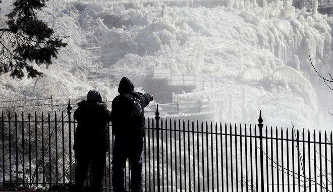 Αρκτικές θερμοκρασίες, που έφθασαν ακόμη και τους -49° Κελσίου, παρέλυσαν τις μεσοδυτικές Πολιτείες των ΗΠΑ.