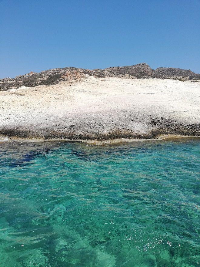 Η αμόλυντη Πολύαιγος: Στο μεγαλύτερο ακατοίκητο νησί του Αιγαίου με τις φυσικές πισίνες