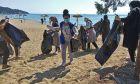Καβάλα: Μετανάστες καθάρισαν την παραλία όπου έκαναν μπάνιο το καλοκαίρι