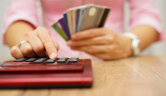 Υπολογισμός χρεών και στο βάθος πιστωτικές κάρτες