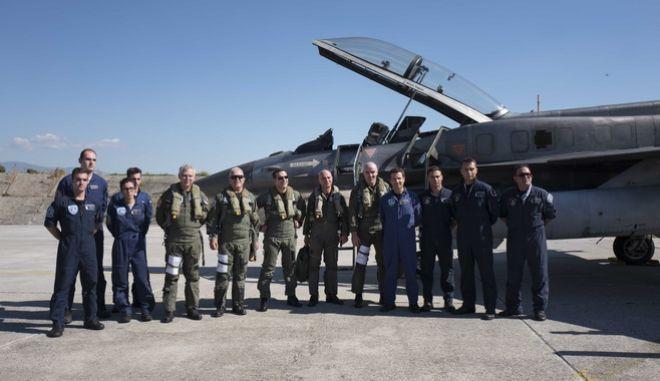 Ο Αλέξης Τσίπρας μέσα στο κόκπιτ του F-16 tsipras pilotos 7