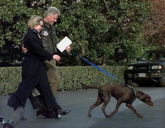 Ο Πρόεδρος Κλίντον, με την πρώτη κυρία Χίλαρι Κλίντον και το προεδρικό κουτάβι Buddy καθώς φεύγουν από τον Λευκό Οίκο, 13 Μαρτίου 1998