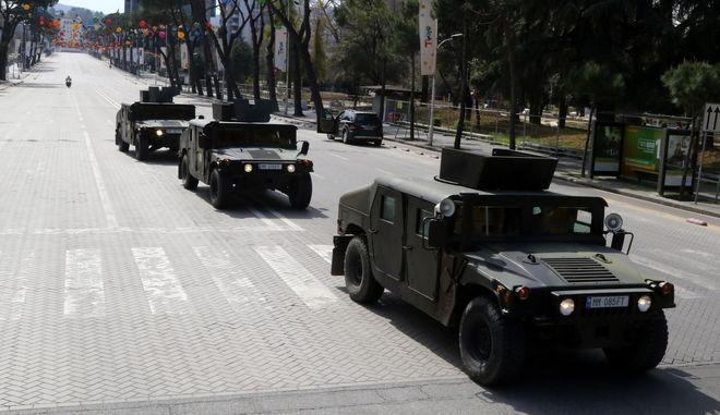 Στρατιωτικά οχήματα στα Τίρανα.