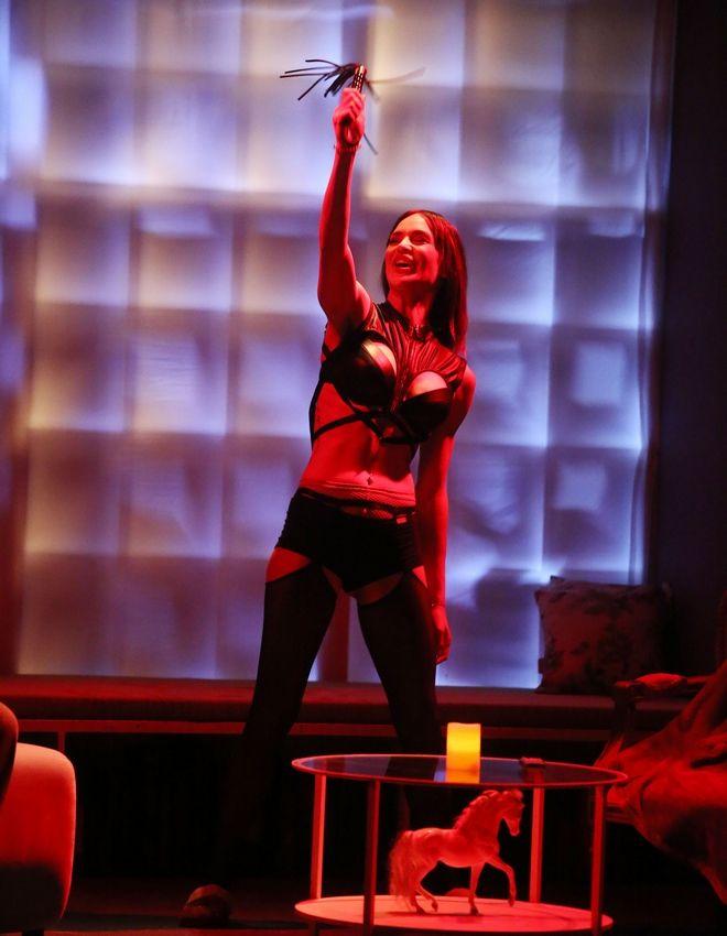 Νικολέττα Καρρά: Πιο σέξι από ποτέ - Στη σκηνή με μαστίγιο και εσώρουχα
