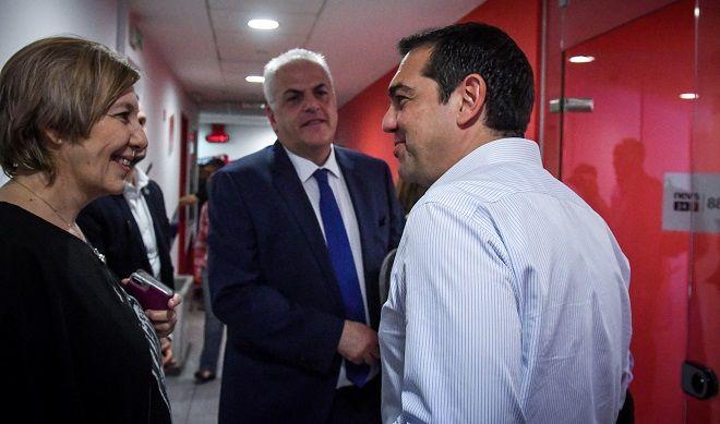 Ο πρωθυπουργός και Πρόεδρος του ΣΥΡΙΖΑ Αλέξης Τσίπρας και (από αριστερά προς τα δεξιά) η δημοσιογράφος Έλλη Τριανταφύλλου και ο διευθυντής του News 24/7 στους 88.6 Βασίλης Σκουρής.