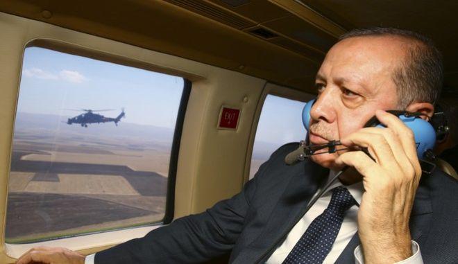 Αναγκαστική προσγείωση ελικοπτέρου που μετέφερε τον Ερντογάν