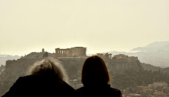 Έντονη σκόνη από την σαχάρα και λασποβροχή με φόντο την Ακρόπολη (EUROKINISSI/ΤΑΤΙΑΝΑ ΜΠΟΛΑΡΗ)