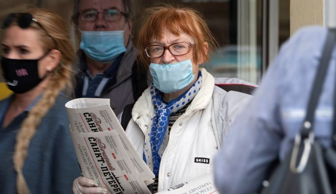 Άνθρωποι με μάσκα στη Ρωσία
