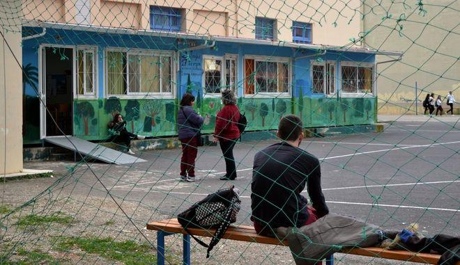 Μαθητές στο προαύλιο σχολείου