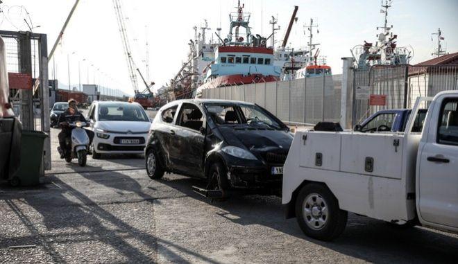 Το αυτοκίνητο που έπεσε στην θάλασσα στον Μώλο Δραπετσώνας μετά την ανάσυρσή του