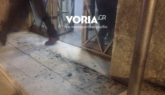 Επίθεση κουκουλοφόρων στο TV100 - Τα έκαναν γυαλιά καρφιά, τραυμάτισαν εργαζόμενο
