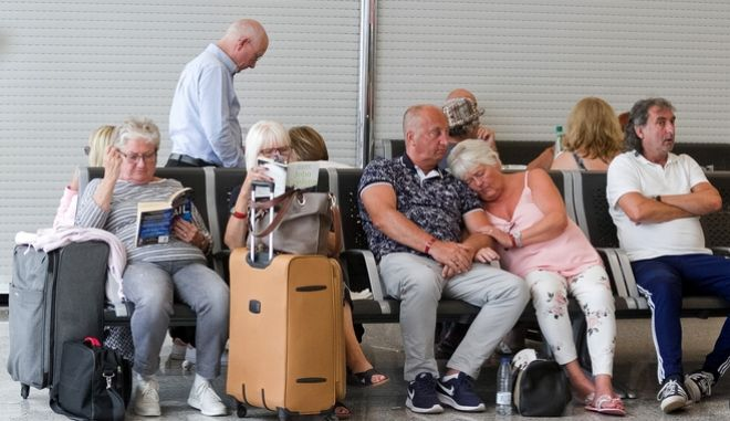 Επιβάτες περιμένουν στο αεροδρόμιο της Μαγιόρκα.