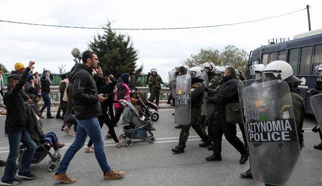 Στιγμιότυπο από την επεισοδιακή πορεία προσφύγων και μεταναστών από το ΚΥΤ της Μόρια προς την Μυτιλήνη,για τις συνθήκες διαβίωσης.