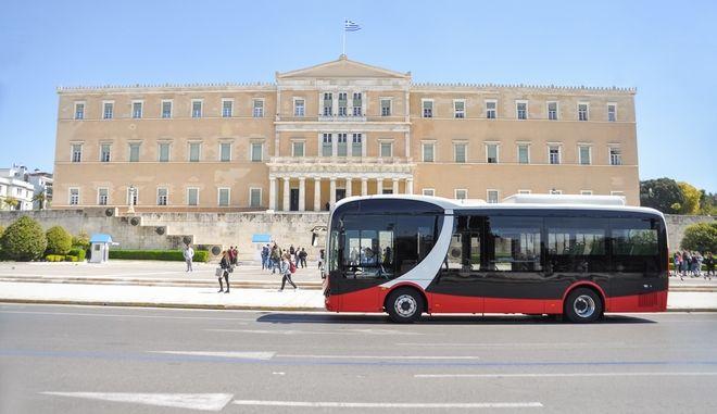 Το ηλεκτρικό λεωφορείο BYD μπροστά από τη Βουλή