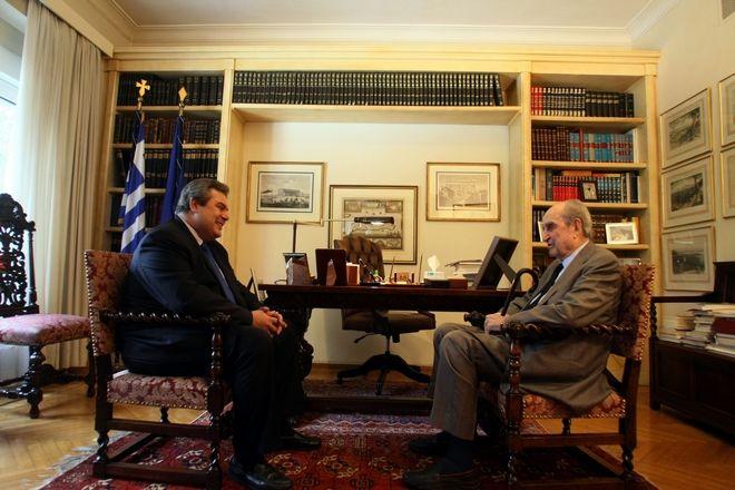 Ο πρόεδρος των Ανεξάρτητων Ελλήνων Πάνος Καμμένος(αριστερά) με τον επίτιμο πρόεδρο της ΝΔ Κων/νο Μητσοτάκη, την Πέμπτη 18 Δεκεμβρίου 2014. (EUROKINISSI/ΤΑΤΙΑΝΑ ΜΠΟΛΑΡΗ)