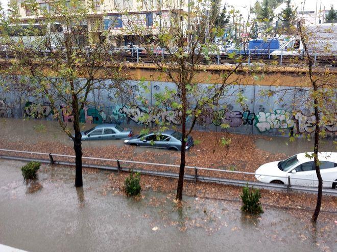 Εικόνες χάους από τη βροχή στην Αθήνα. Εκατοντάδες κλήσεις στην Πυροσβεστική για βοήθεια. Δείτε φωτογραφίες