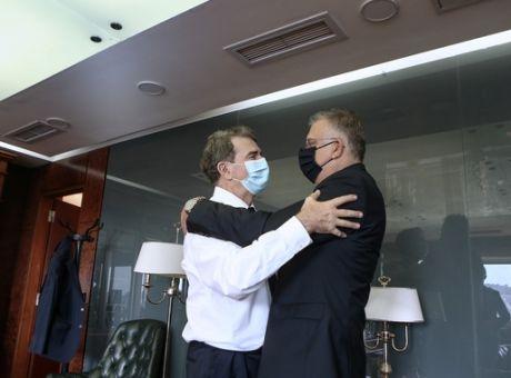 Χρυσοχοΐδης: Τελετή παράδοσης με απολογισμό και συμβουλές προς τη νεολαία - 'Αποχαιρετώ το υπουργείο, όχι το δημόσιο βίο'
