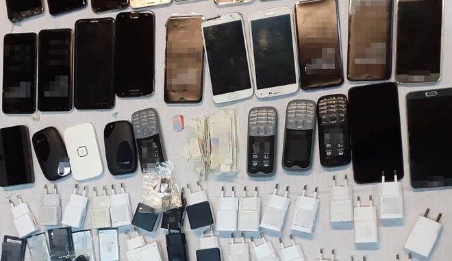 Τα κινητά τηλέφωνα που βρέθηκαν μέσα στη ραπτοφυλακή στις φυλακές Μαλανδρίνου