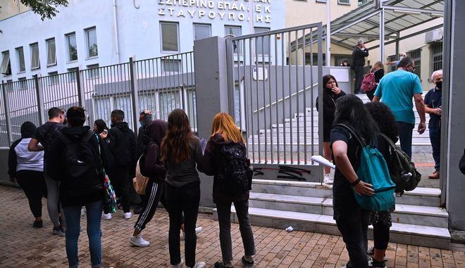 """Επεισόδια στο ΕΠΑΛ Σταυρούπολης: Συγκλονίζει νέα μαρτυρία - """"Φασίστες, με τσεκούρια χτύπησαν μαθητές"""""""