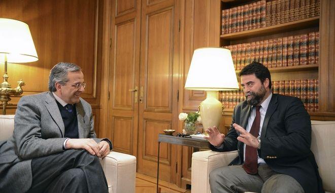 Ο πρωθυπουργός Αντώνης Σαμαράς, συνομιλεί με τον βουλευτή περιφέρειας Αττικής Βασίλη Οικονόμου στην συνάντηση τους την Πέμπτη 8 Ιανουαρίου 2015, στο Μέγαρο Μαξίμου. (EUROKINISSI/ΓΟΥΛΙΕΛΜΟΣ ΑΝΤΩΝΙΟΥ)