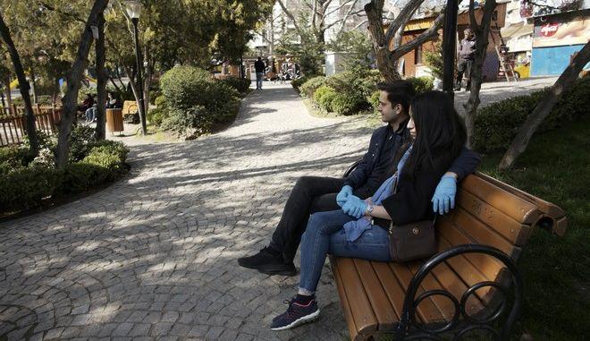 Ζευγάρι σε δημόσιο κήπο στην Άγκυρα εν μέσω πανδημίας κορονοϊού