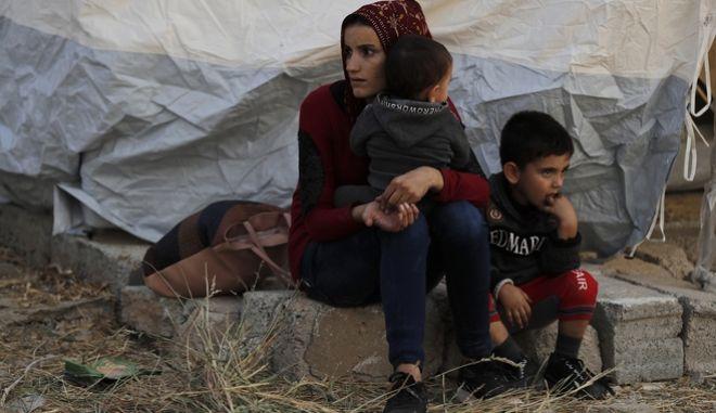 Πρόσφυγας από τη Συρία με τα παιδιά της.