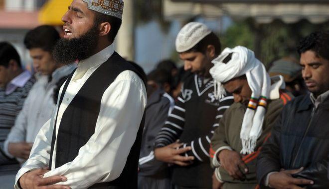 Μουσουλμάνοι στο Δημοτικό Στάδιο Κορίνθου για να εορτάσουν το Κουρμπάν Μπαϊράμ, Κυριακή 6 Νοεμβρίου 2011.