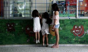 Στιγμιότυπο από τον αγιασμό για τη νέα σχολική χρονιά, σε Δημοτικό σχολείο στο Μενίδι