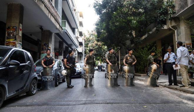 Επιχείρηση της Ελληνικής Αστυνμίας σε τέσσερα υπό κατάληψη κοντά στην πλατεία Εξαρχείων την Δευτέρα 26 Αυγούστου 2019. Στην επιχείρηση συμμετέχουν η Δίωξη Ναρκωτικών αλλά και άντρες των ΜΑΤ και των ΕΚΑΜ, όπως και ελικόπτερο.  (EUROKINISSI/ΓΙΑΝΝΗΣ ΠΑΝΑΓΟΠΟΥΛΟΣ)
