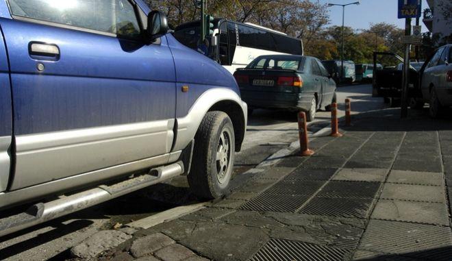 Αυτοκίνητο έχει αποκλείσει ράμπα πεζοδρομίου για ΑΜεΑ.