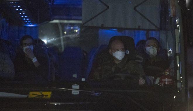 Λεωφορείο μεταφέρει Ευρωπαίους πολίτες που έφτασαν στη Γαλλία από την Κίνα