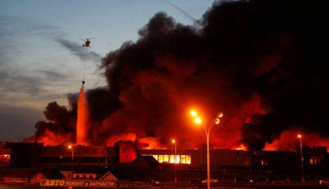 Μόσχα: Τεράστια φωτιά σε εμπορικό κέντρο