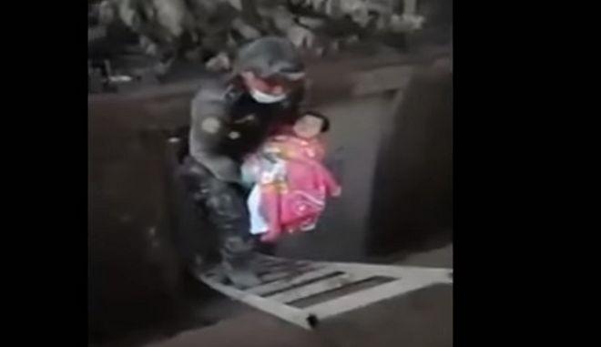Ανέσυραν ζωντανό μωρό μέσα από ερείπια και στάχτες