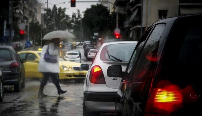 Βροχή στους δρόμους της Αθήνας