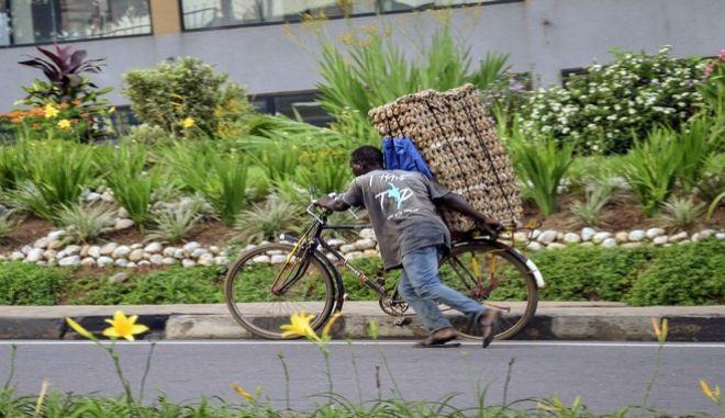 Άνδρας μεταφέρει αυγά με ποδήλατο κατά την διάρκεια της καραντίνας, στο Κινγκάλι της Ρουάντα