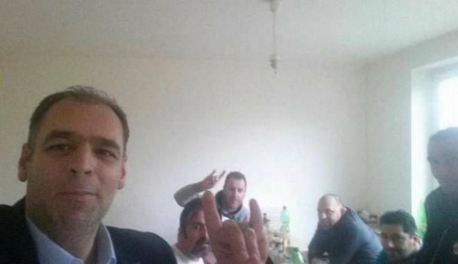 Ξάνθη: Περιφερειακός σύμβουλος του ΠΑΣΟΚ κάνει το σήμα των Γκρίζων Λύκων