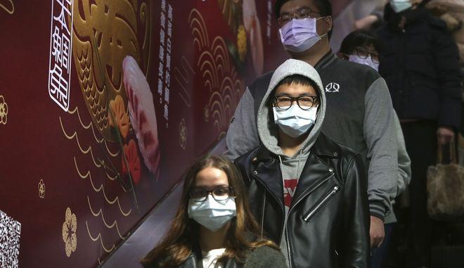 Άνθρωποι φορούν μάσκες σε σταθμό μετρό στην Ταϊπέι της Ταϊβάν, την Τρίτη 28 Ιανουαρίου 2020
