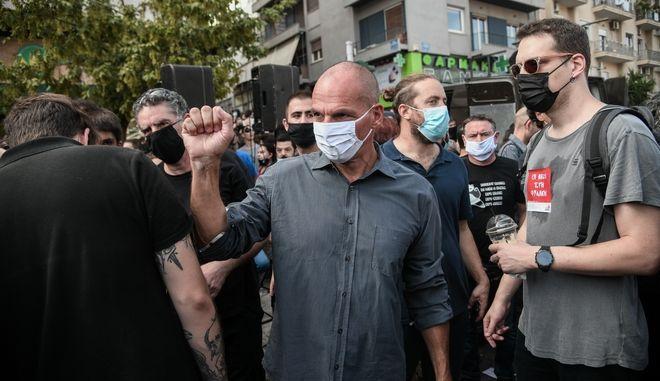 Ο Γιάνης Βαρουφάκης έξω από το εφετείο για την δίκη της εγκληματικής οργάνωσης, Χρυσής Αυγής