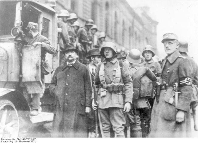 Hitler Putsch (8.-9.11.1923). - Stoßtrupp Hitlers verhaftet sozialistische Stadträte