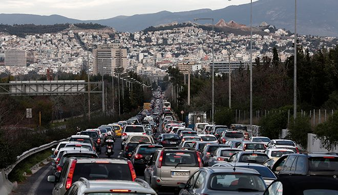 Cars line up on a traffic jam along a road leading to Athens city centre during a strike by urban transport workers in Athens January 25, 2013. Greek riot police stormed a subway train depot in Athens early on Friday to disperse striking subway staff who defied a government order to return to work for a ninth consecutive day, a police official said.     REUTERS/Yorgos Karahalis (GREECE - Tags: CIVIL UNREST TRANSPORT) - RTR3CX7M