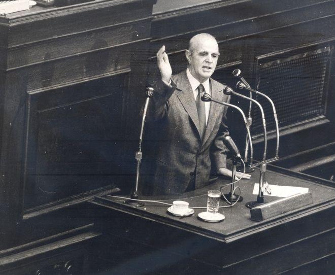 Ο Κωνσταντίνος Καραμανλής ενημερώνει τη Βουλή για τα ελληνοτουρκικά το 1978
