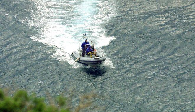 Φουσκωτό με 3 νεαρούς παρασύρθηκε από τους ανέμους στον Βόλο