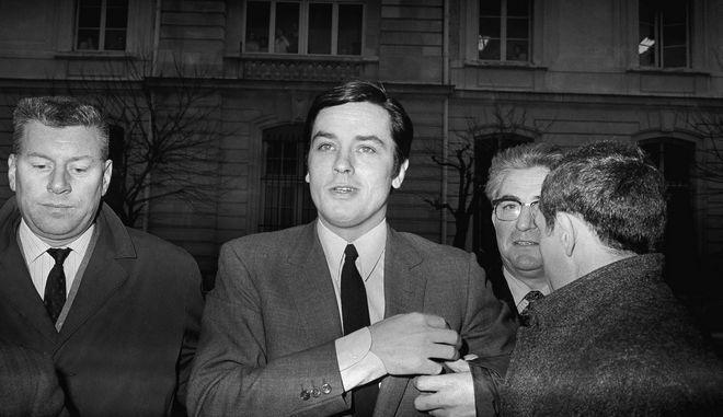 Ο Alain Delon φτάνοντας στο δικαστήριο