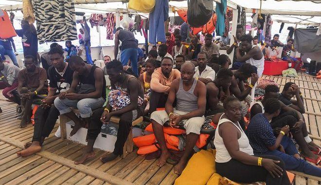 Μπαλάκι μεταξύ Ιταλίας και Ισπανίας οι πρόσφυγες που παραμένουν για 17η ημέρα στο σκάφος της ΜΚΟ Open Arms
